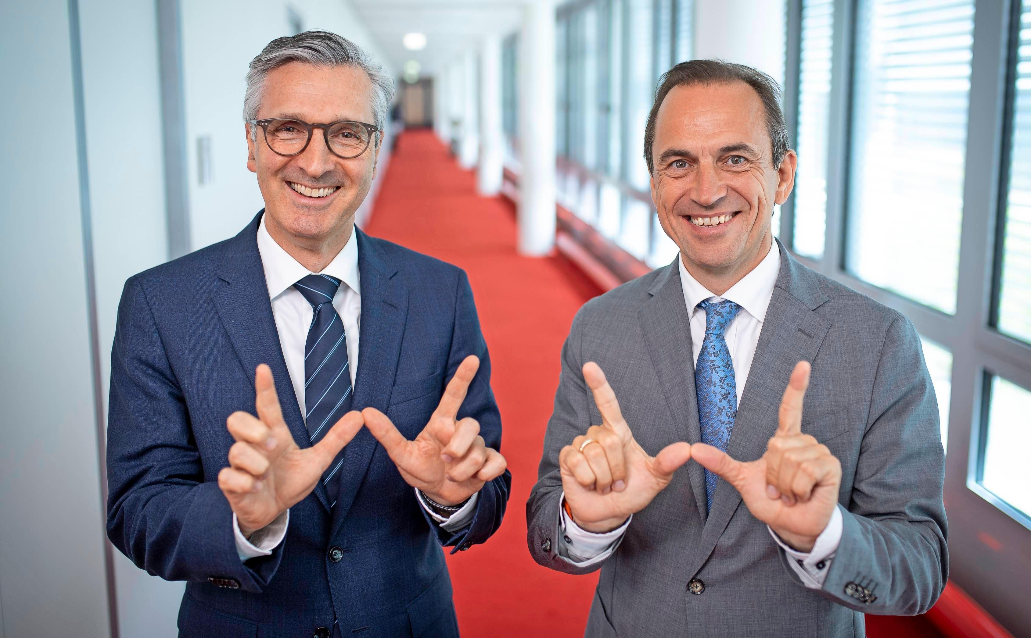 Das W als Zeichen für gelebte Werte: Robert Friedmann (links) und Norbert Heckmann. Foto: Peter Petter