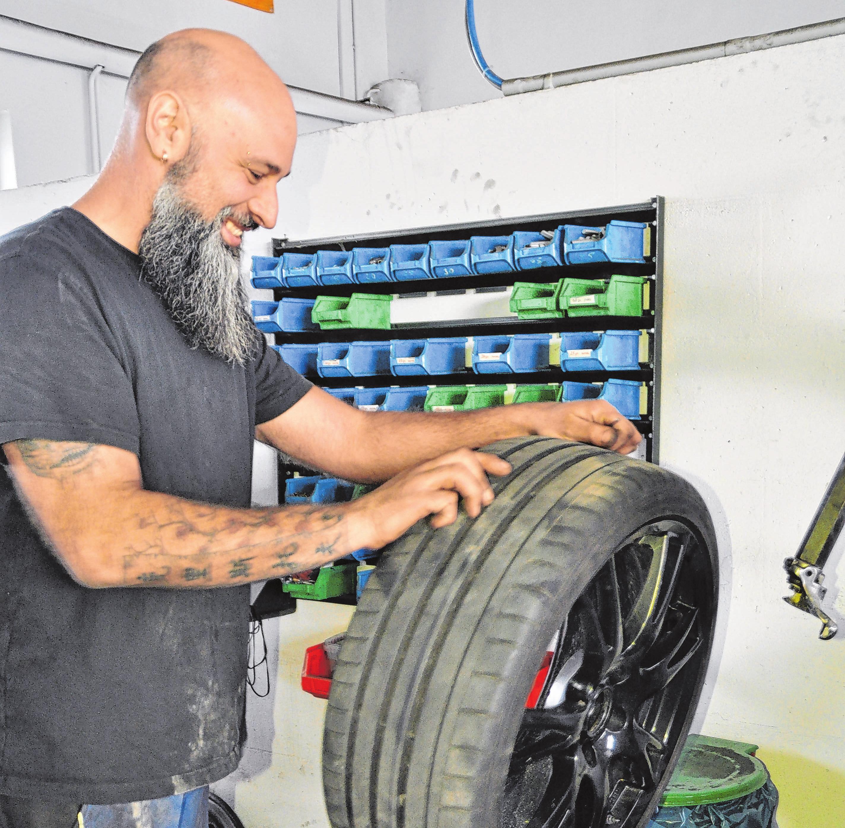 Schwiegersohn Christoph Koller ist gelernter Mechatroniker und bietet zudem einen umfassenden Autoservice vom Ölwechsel bis zur Reparatur an.