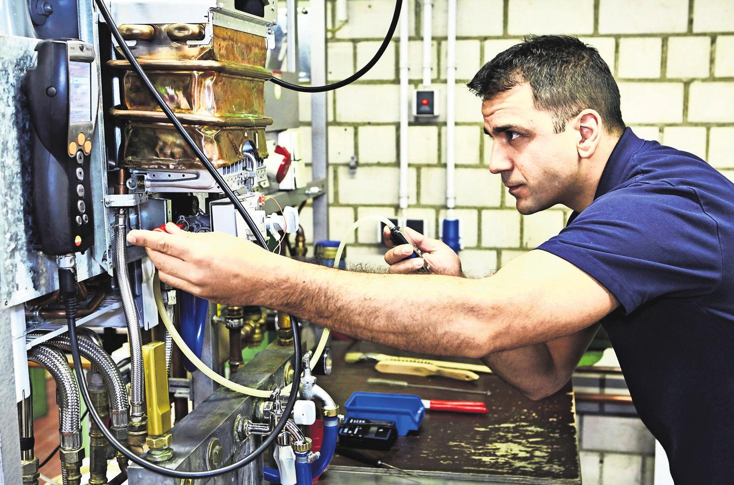 Anlagenmechaniker entscheiden sich auch wegen ihrer Liebe zur Sanitär-, Heizungs- und Klimatechnik für die Weiterbildung zum SHK-Servicetechniker. Foto: Handwerkskammer Region Stuttgart