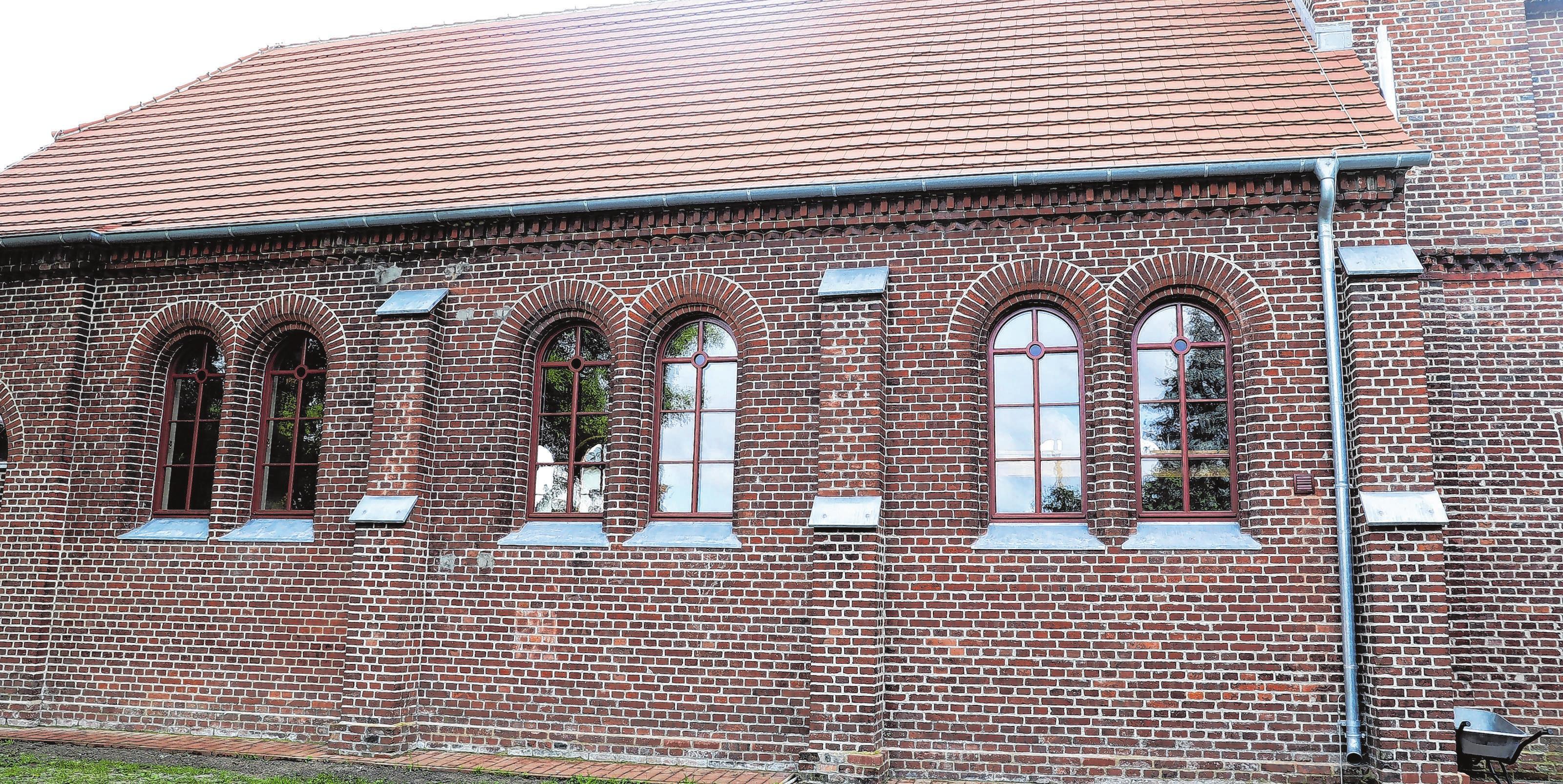 Rückseite des Kirchenschiffs mit erstmals angebrachter Dachrinne und neuen Fensterbankabdeckungen. Foto: Weber