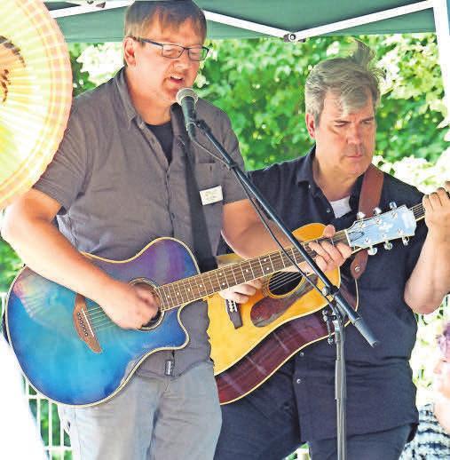Musikalische Darbietungen unterhalten die Gäste.