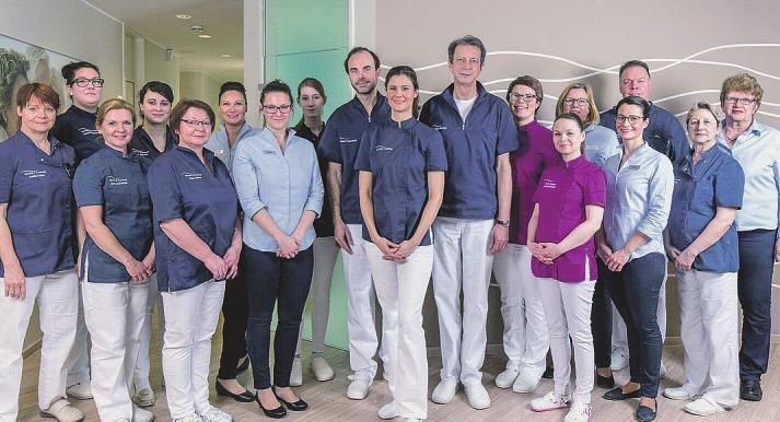 Das Team der Zahnarztpraxis Dr. Ritschel und Dr. Pomowski lädt zum Adventspunsch ein Foto: pr