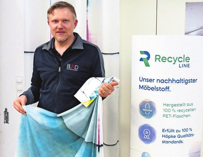 Markus Kossinna präsentiert nachhaltige Textilien.