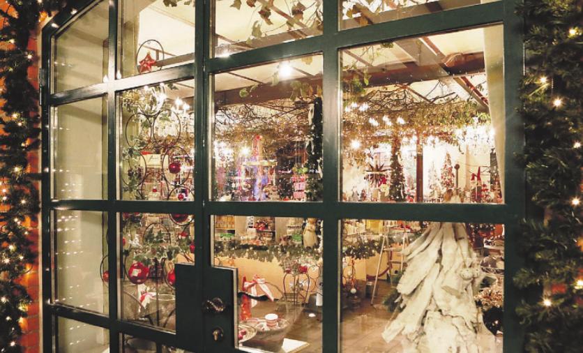 Liebevoll ausgesuchte Weihnachtsaccessoires finden die Besucher auf dem Erdbeerhof Glantz Foto: pr