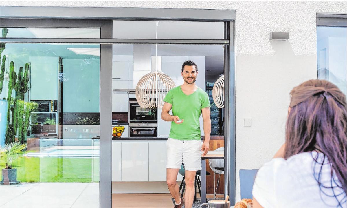 Bequeme Bedienung auf Knopfdruck - elektrische Insektenschutzrollos lassen sich auch nachträglich an großen Terrassentüren installieren. Foto: djd/NEHER