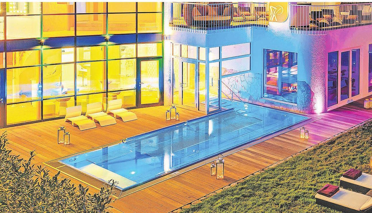Das Poolhaus im Abendlicht.
