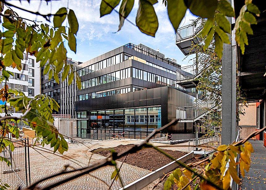 Zum Gebäudekomplex gehört auch eine neue Aula für das St. Ursula Gymnasium. FOTO: VOLKSBANK FREIBURG