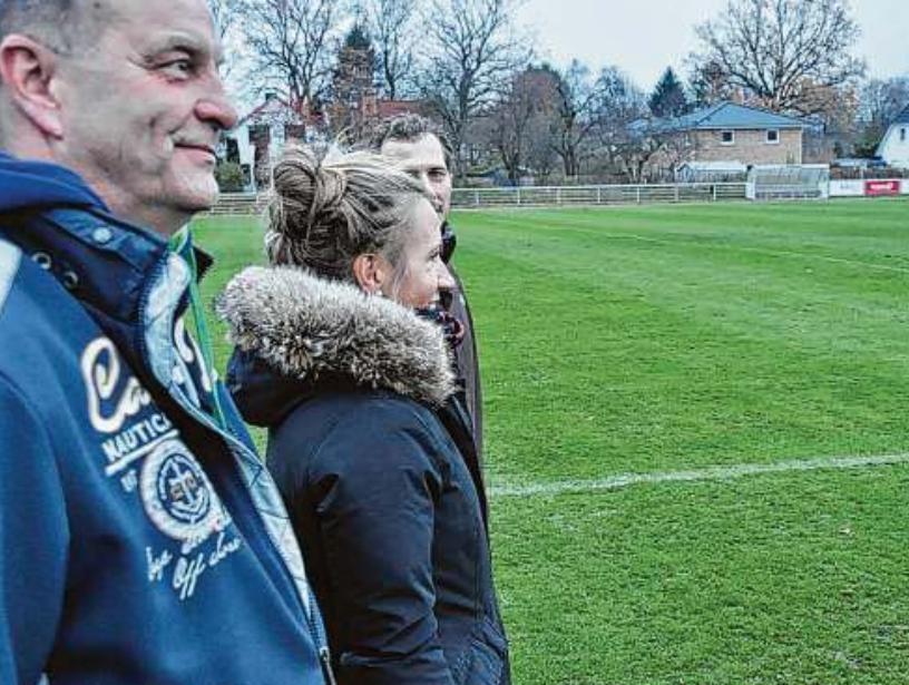 Die Zuversicht wächst bei Wolfgang Haumüller, Geschäftsführer des SC Poppenbüttel, der dritten Vorsitzenden Yvonne Rabbe und Jugendleiter Alexander Busch (von links)  Foto: Robert Cherkowski