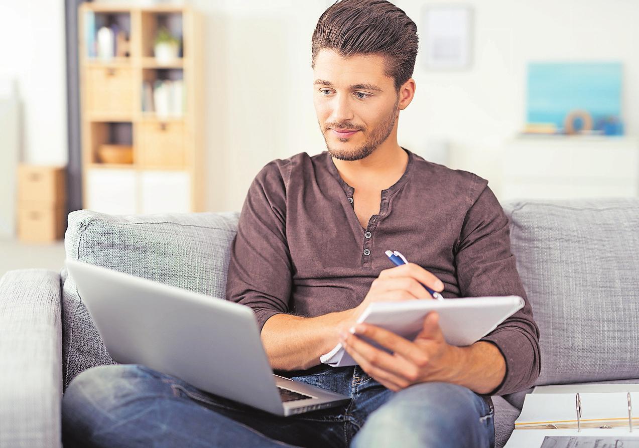 Fernstudium von zu Hause: Ihre Kenntnisse eignen sich Studierende vor allem mit Studienbriefen an. FOTO: CONTRASTWERKSTATT/STOCKADOBE. COM/FREI
