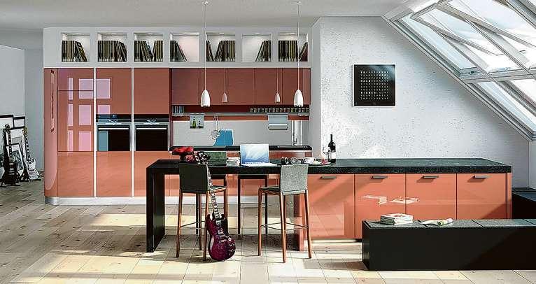 Ein ausgeklügeltes Lichtdesign macht aus der Lifestyle-Wohnküche einen Lebensraum, in dem sich viel mehr abspielt als nur Kochen und Essen Fotos: AMK