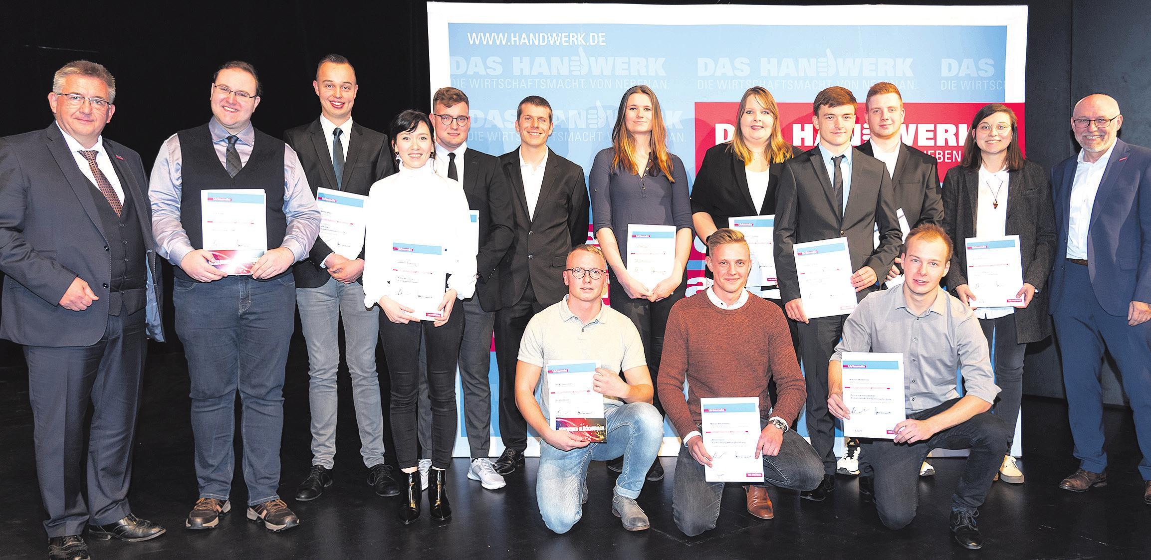 Die niedersächsischen Landessieger mit dem Kammerpräsidenten Detlef Bade (links) und dem Hauptgeschäftsführer Eckhard Sudmeyer (rechts). Foto: Lena Schöning Fotografie, Uetze