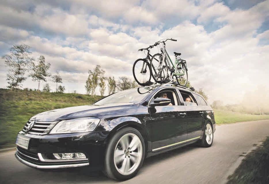 Wer seine Räder auf dem Fahrzeugdach fahrlässig transportiert, bringt sich und andere Menschen in Gefahr. Fotos: DEKRA