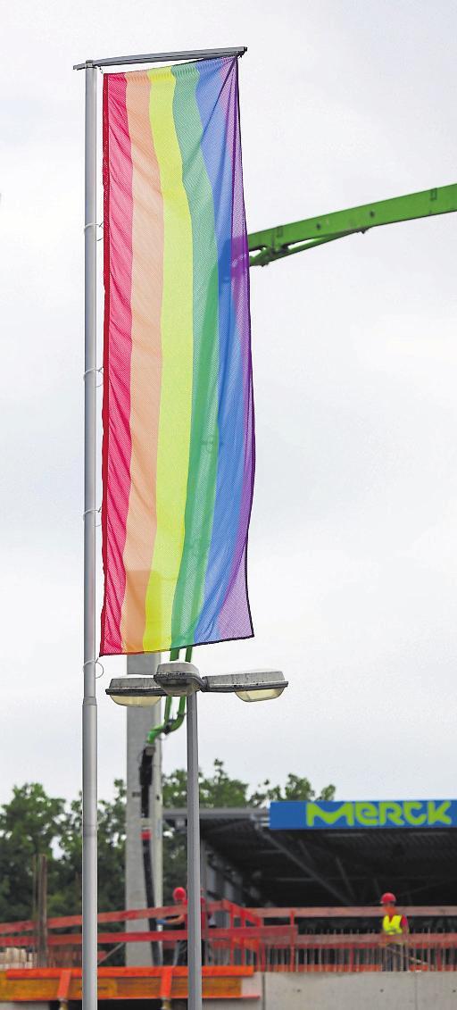 Einsatz für mehr Toleranz. Am Stadion wehten kürzlich Regenbogenfarben als Protest gegen die ungarische Regierung. Fotos: Guido Schiek