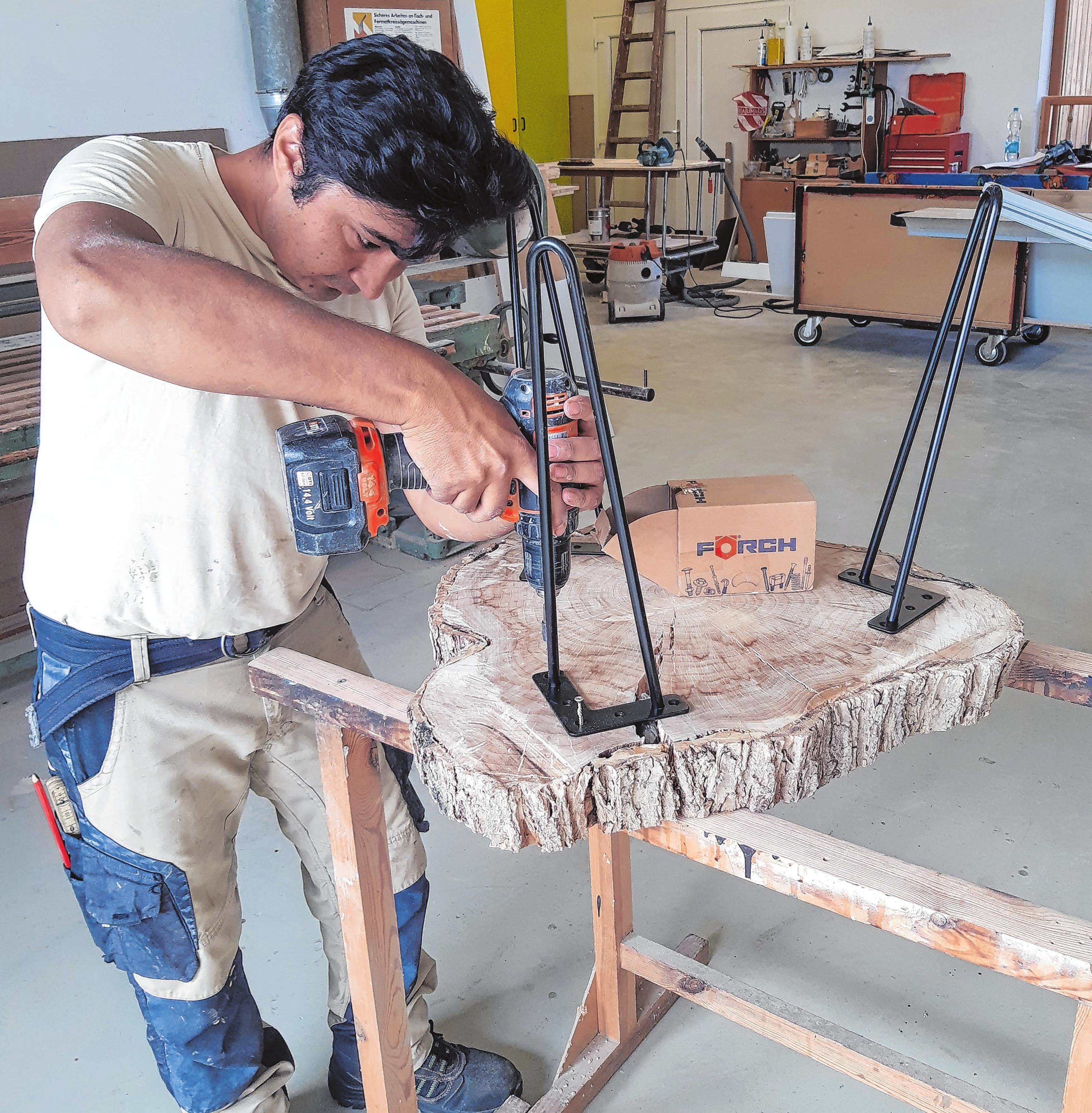 Lernt in Friedersdorf das Tischlandhandwerk: Zakaria Rajabi aus Afghanistan