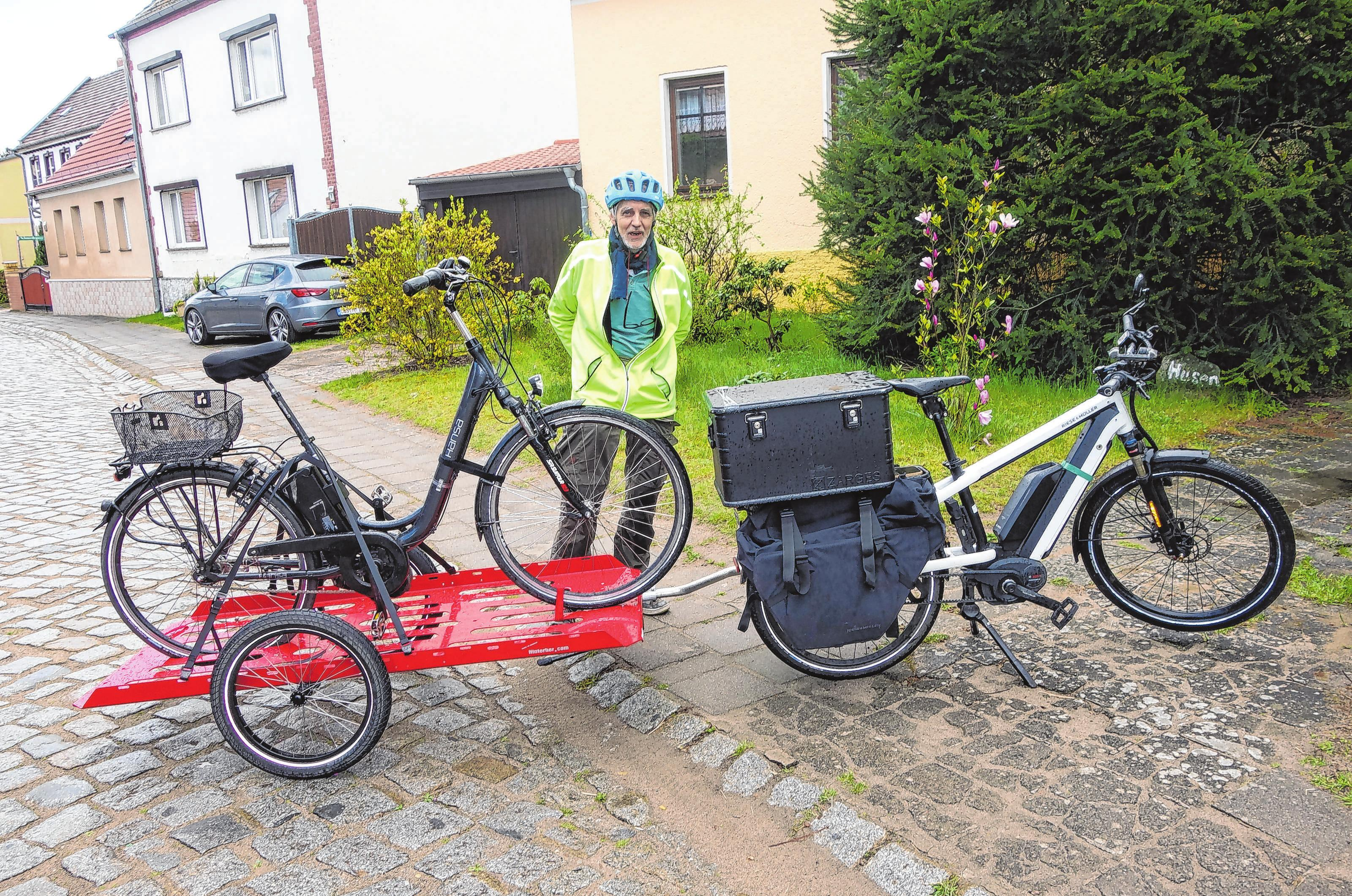 Bei Pannen fährt der Rüdersdorfer Peter Krech mit seinem E-Bike direkt zum Kunden, um vor Ort zu helfen. Seit drei Jahren betreibt es den mobilen Fahrrad-Service als Gewerbe. Foto: Jürgen Husen