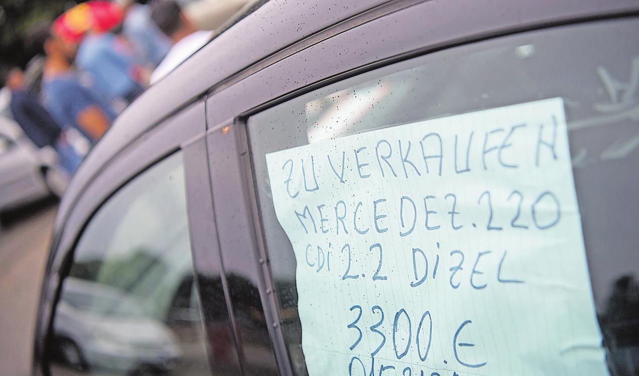 Geht auch professioneller: Wer sein Fahrzeug erfolgreich verkaufen möchte, gestaltet sein Angebot lieber mit etwas mehr Sorgfalt.  FOTO: MARIJANMURAT/DPA