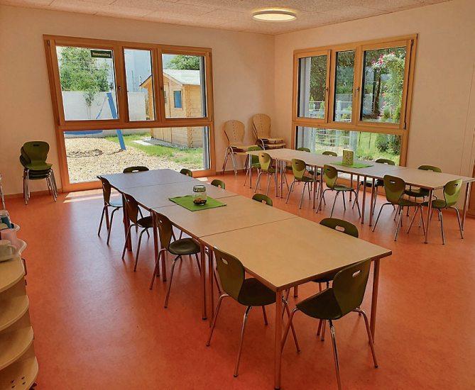 """Hell und viel Platz (im Uhrzeigersinn): Die Außenansicht des Kindergartens, die sanitären Anlagen mit Rittertüren, der Bewegungsraum, der Speisesaal """"Burg Bistro"""" genannt und ein Gruppenraum."""