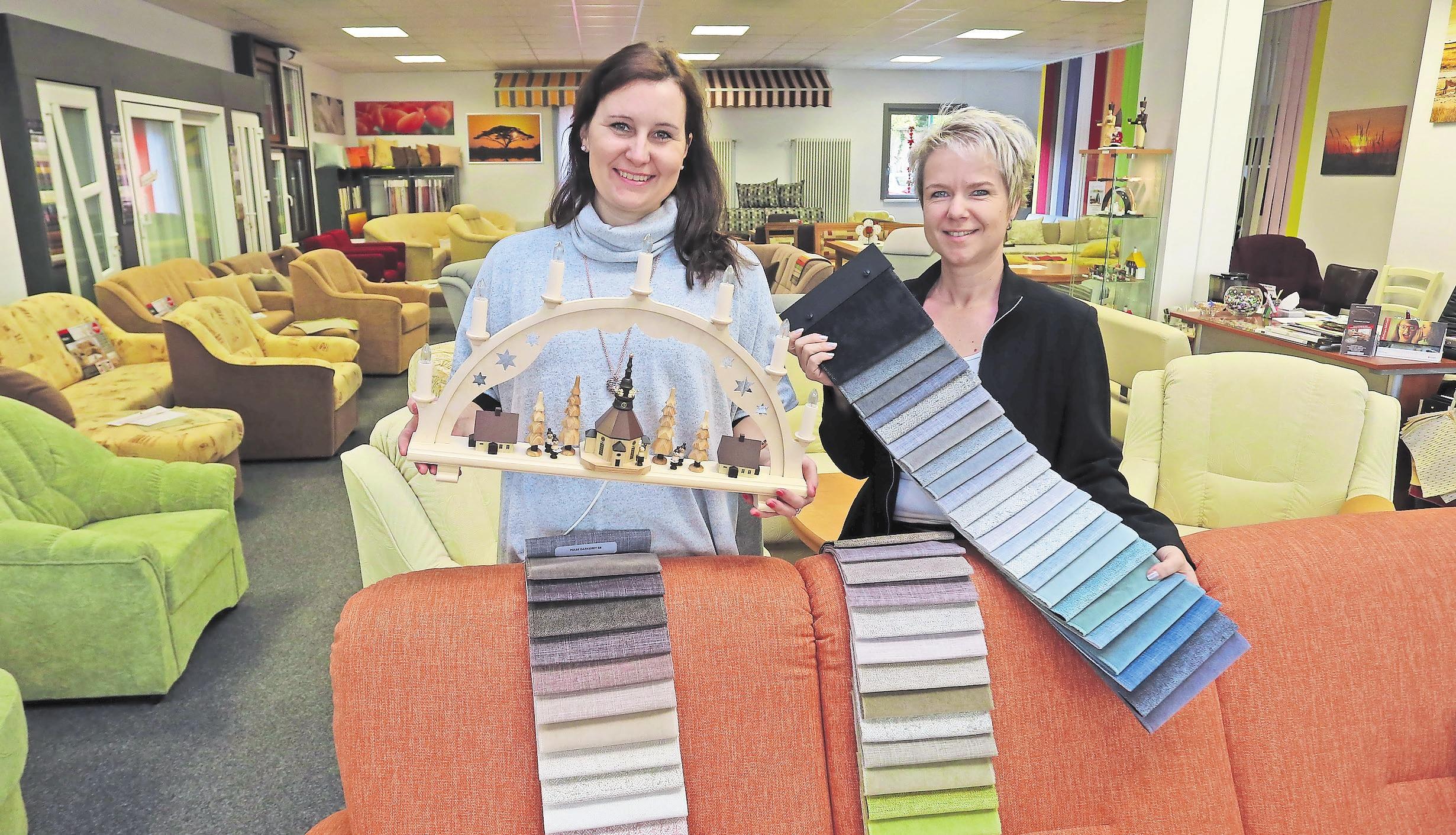 Handwerk aus dem Erzgebirge: Peggy Wede (links) und Peggy Riedel präsentieren Polstermöbel und Schwibbogen. Foto: André Kempner