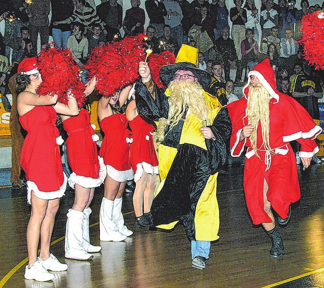 2003 beim Weihnachtsspiel läuft der Zauberer Merlin alias Magnus Krause mit aufs Spielfeld.<br>