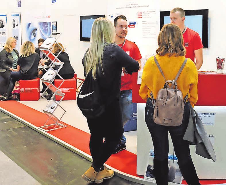 Die Technische Hochschule Brandenburg und Augenoptikerinnung Brandenburg beraten auf ihrem Stand die unterschiedlichsten Alters- und Interessengruppen. FOTO: RG