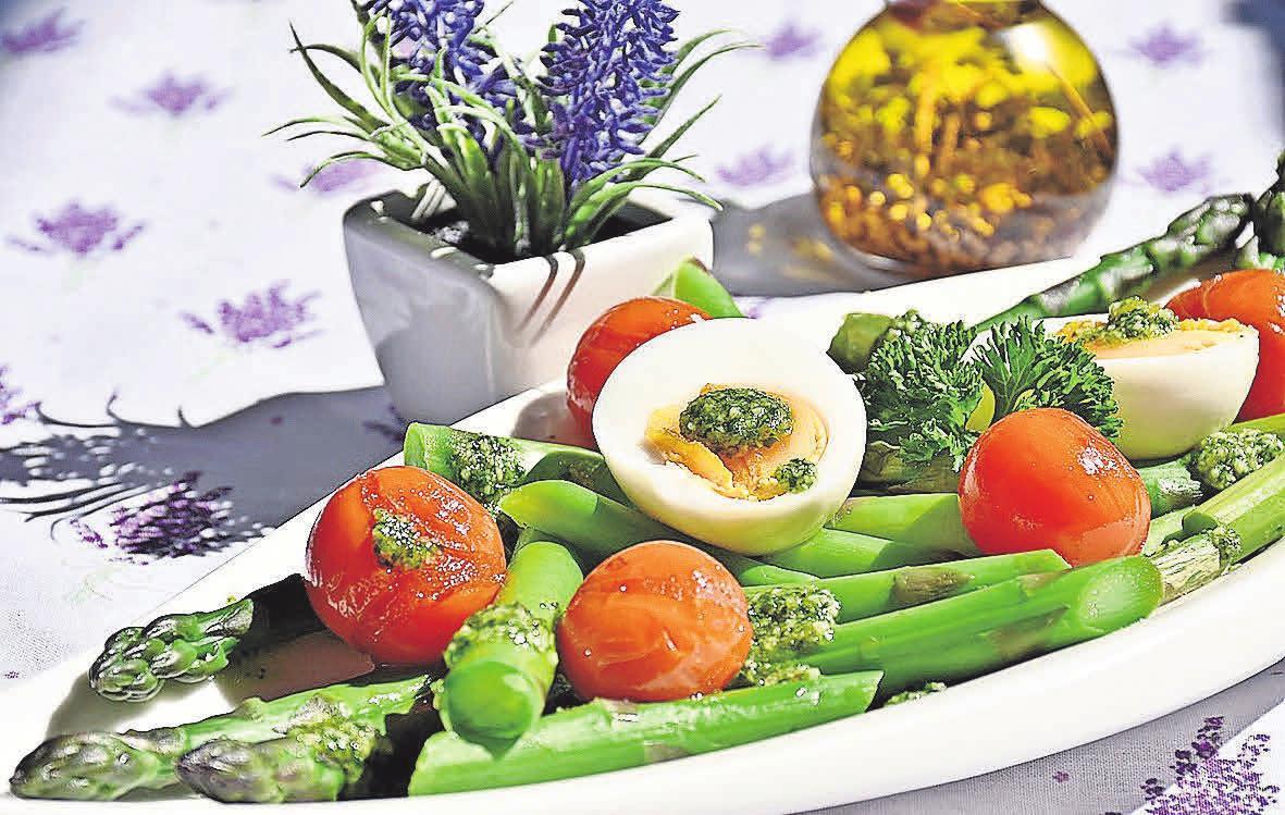 Neben dem Klassiker mit Sauce Hollandaise, Schinken und Kartoffeln, gibt es zahlreiche andere delikate Zubereitungsarten, beispielsweise als Vorspeisenvariation.
