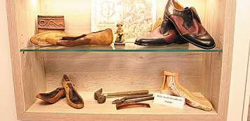 An die Anfänge des Schusterhandwerks erinnert dieser Schaukasten im Geschäft von Orthopädie-Schuhtechnik.