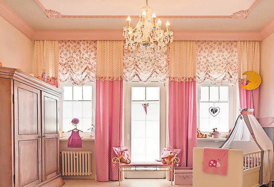 Raum mit Zierprofilen sowie überstreichbarer Vliestapete als Sockel. Oberwände mit englischer Papiertapete. Der Fußboden ist mit fußwarmem Kork bestückt und lässt Kinder-, insbesondere Mädchenaugen, strahlen. FOTO: TORBEN SCHRÖTER