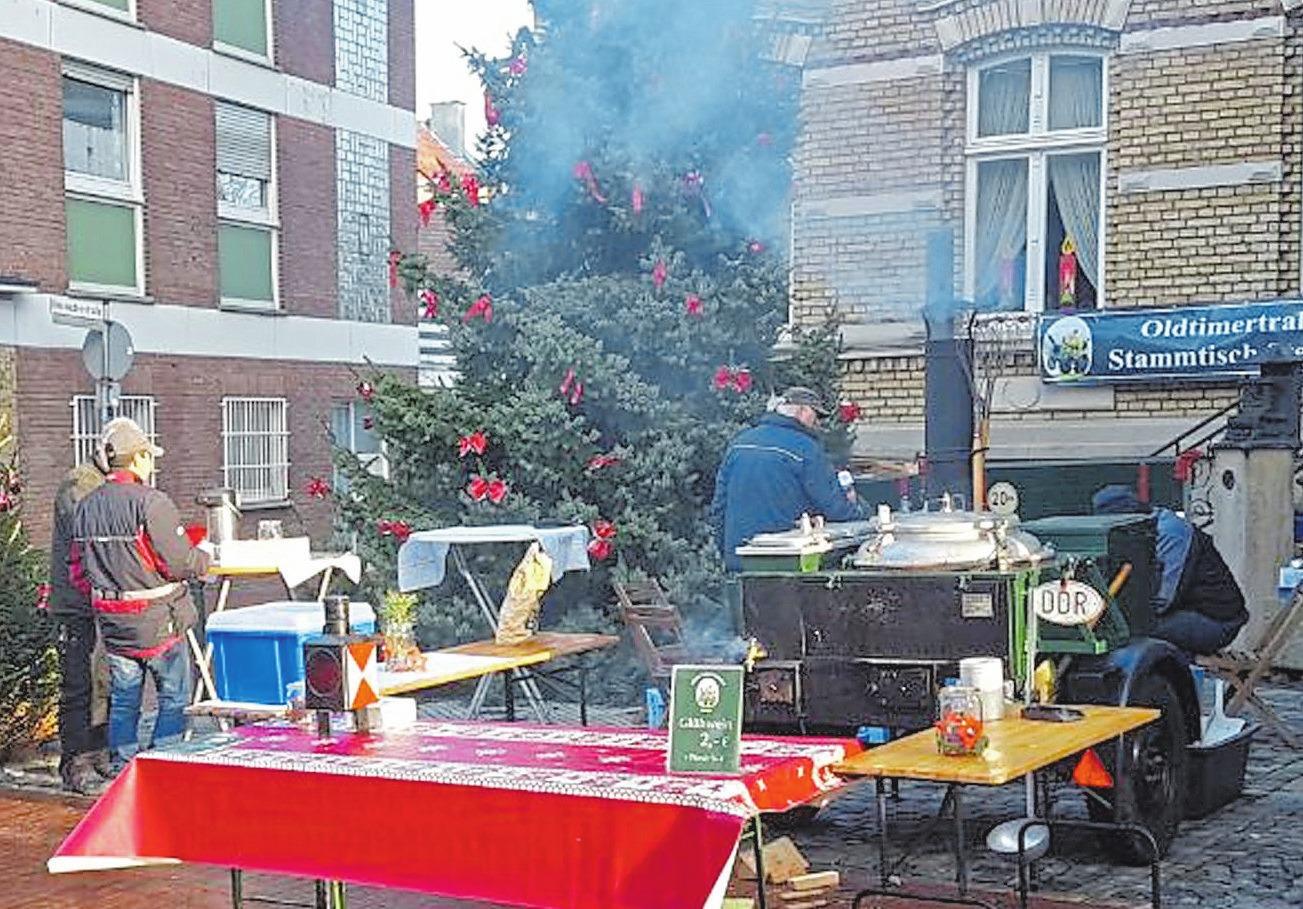 Vor dem alten Rathaus sorgen der Oldtimer-Traktorenstammtisch mit Glühwein aus der Gulaschkanone für Wärme von Innen.