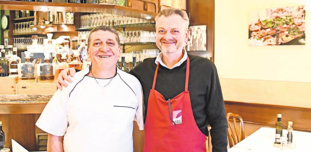 Bei Koch Antonio Gullotto (links) und Da-Vinci-Inhaber Nino Pollicino gibt es apulische Burratina – einen cremigen Mozzarella aus Büffelund Kuhmilch.