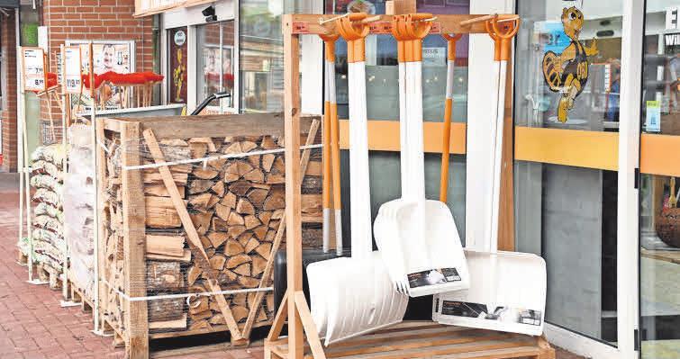 Das Einkaufszentrum bietet zurzeit auch hochwertiges Kaminholz und Schneeschieber für den Winter an.