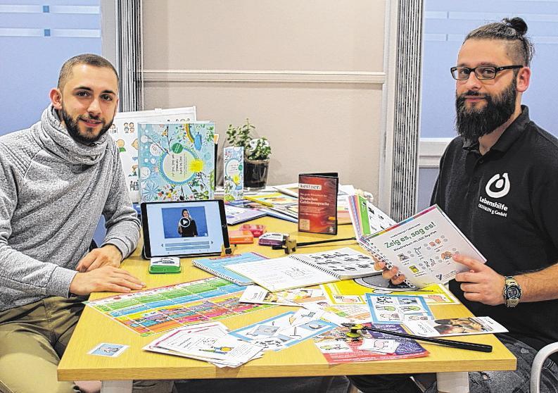 Kevin Lukas (links) und Daniel Krasper arbeiten bei der Lebenshilfe Ostfalen mit sprachlichen Beeinträchtigungen. Foto: Carina Bosse