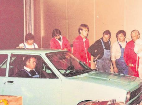 Der damalige Firmenchef Friedhelm Hoffmann, verstorben 2001, bei den ersten Waschversuchen mit dem firmeneigenen Fiesta in der 1983 neu errichteten Anlage; die Mitarbeiter schauen gespannt zu. Foto: Firma