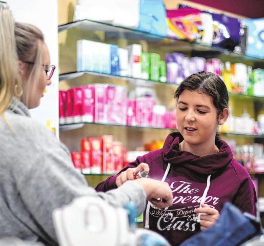 Viele Kunden suchen Beratung, zum Beispiel, wenn es um den richtigen Duft geht. Foto: Ina Fassbender/dpa-mag