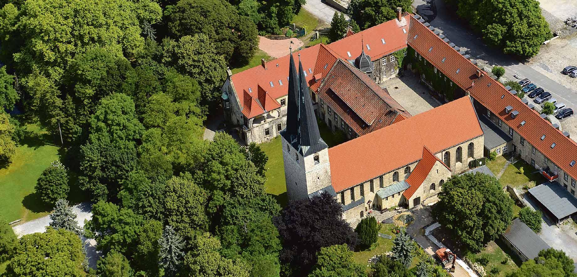 Das Privatgymnasium Hadmersleben mit angeschlossenem Internat liegt eingebettet in das altehrwürdige Kloster mit weitläufigem Park. Foto: Internatsschule Hadmersleben