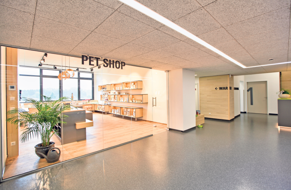 Im hauseigenen PET-Shop im Obergeschoss werden viele hochwertige Produkte für den Heimtierbedarf angeboten.