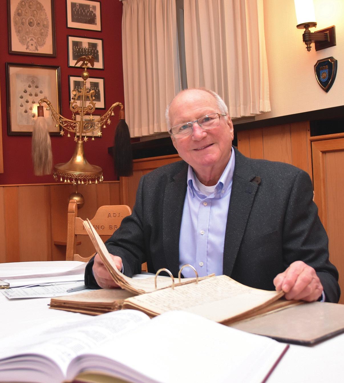 Gilde-Archivar Dr. Gerhard Rauls beim Stöbern in historischen Akten im Traditionsraum des Collegiums.