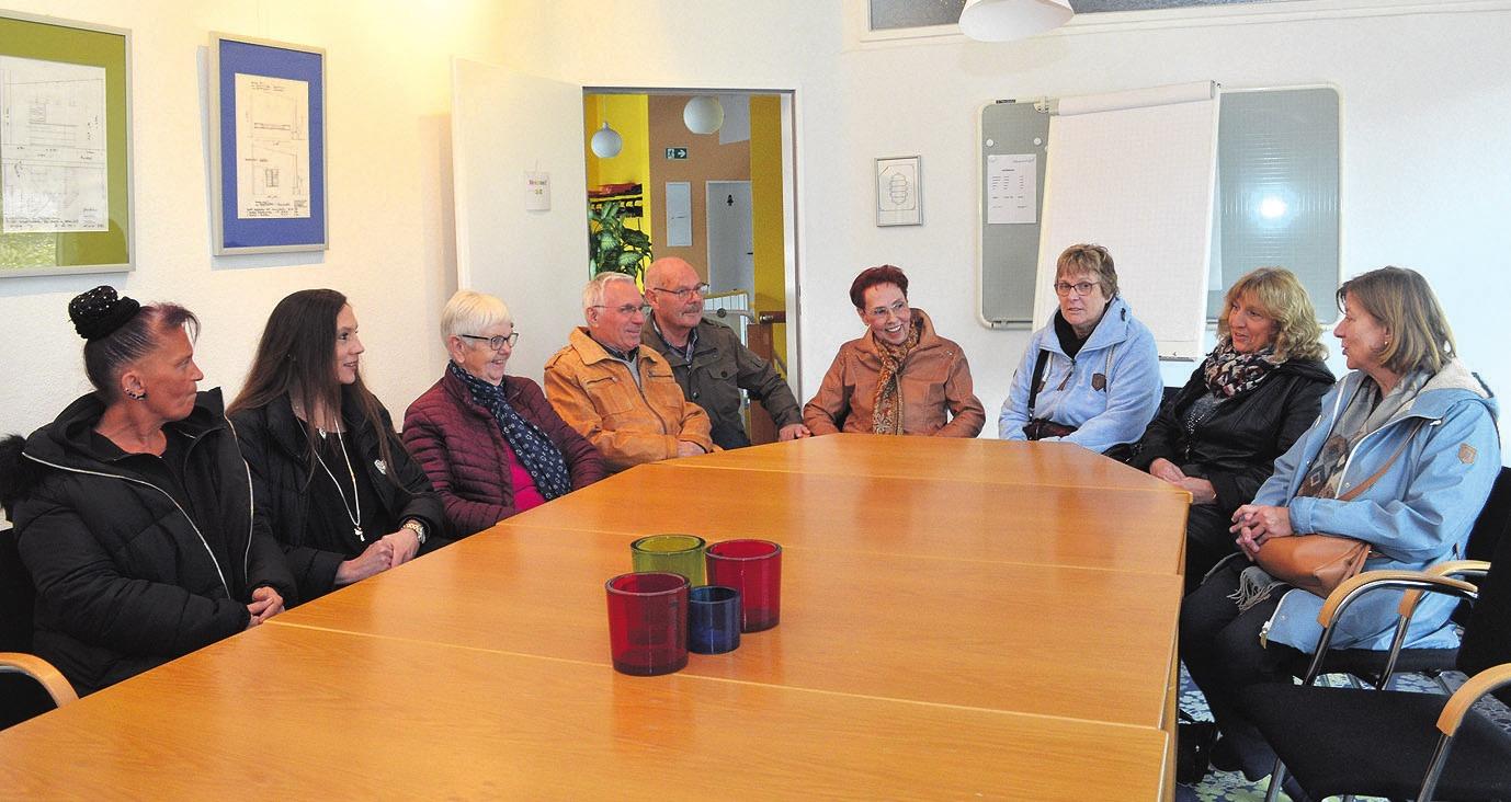 Gundula Marek (zweite von rechts) bedankte sich bei acht von über 17 Mitgliedern, insbesondere dem Ehepaar Schlegel für das Bestehen sowie den Zusammenhalt der Gruppe.