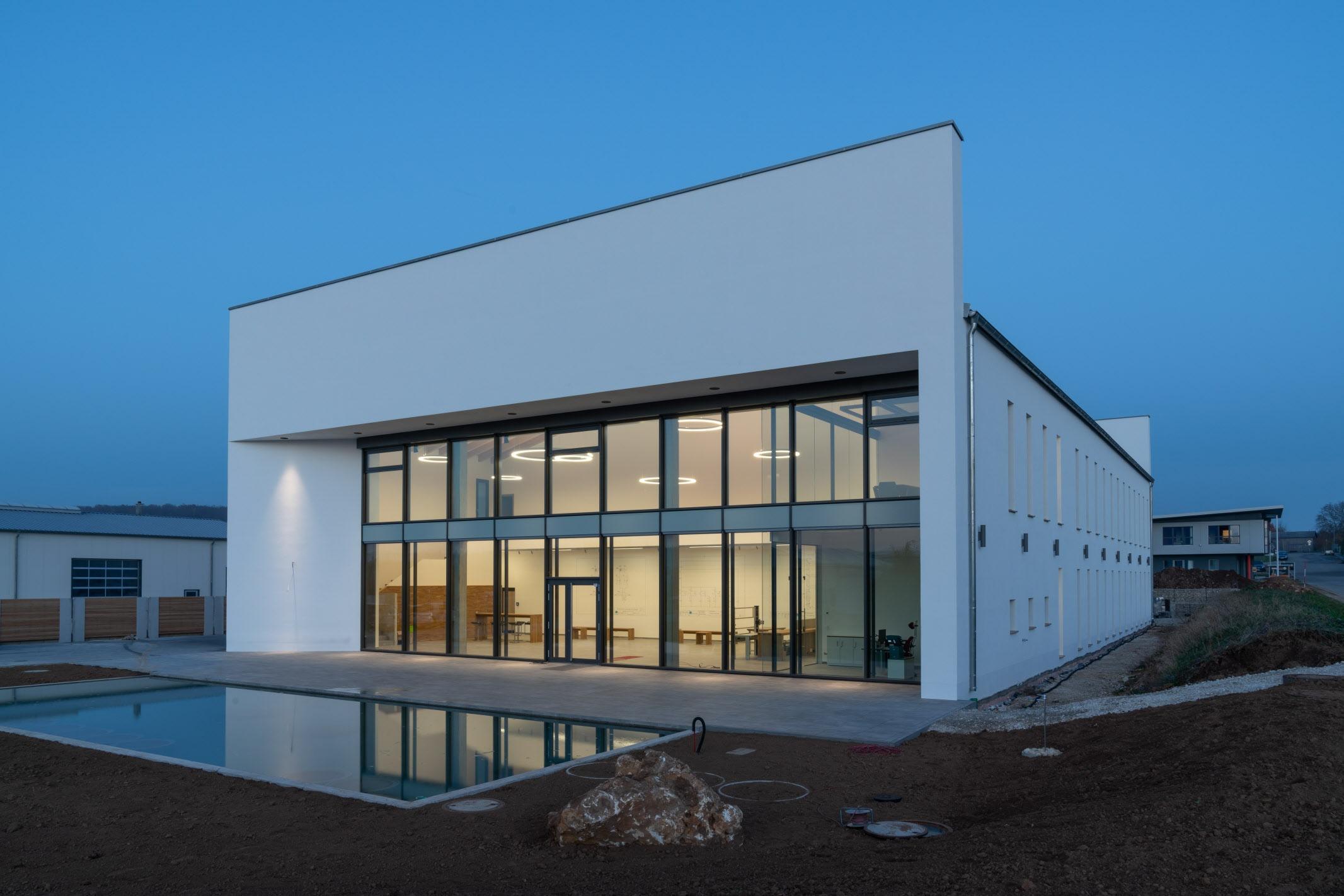 Das Schulungszentrum und Ausstellunggebäude ist in jeder Hinsicht ein perfekt gelungenes Projekt: sowohl für die Wachstums- und Entfaltungsmöglichkeiten des Unternehmens, als auch als Beispiel für nachhaltiges Bauen mit massiven Mauern im Bereich des Industriebaus. Foto: Architekturbüro Eckerle