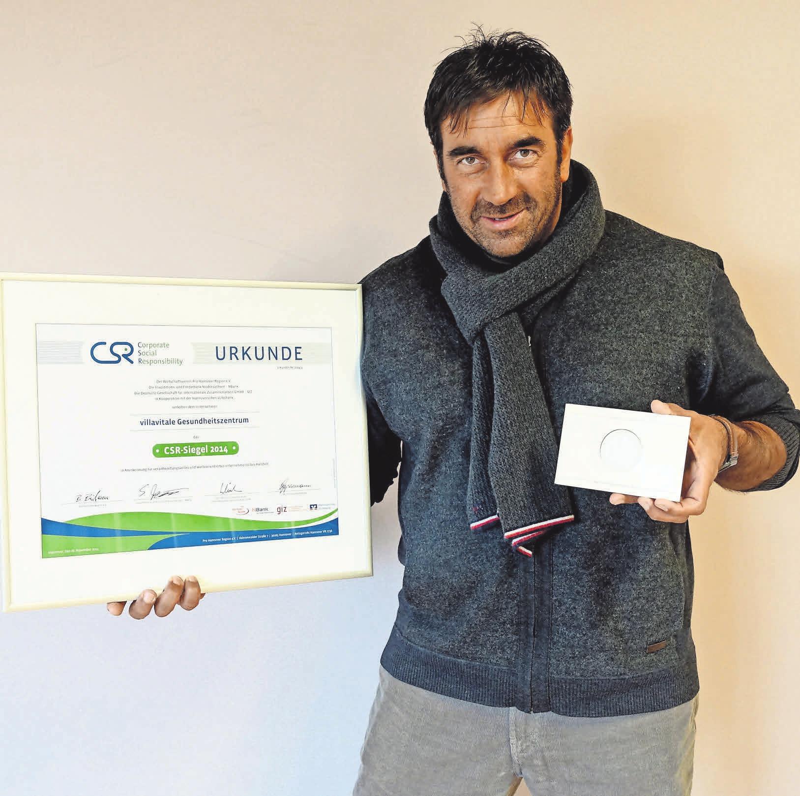 Ausgezeichnet: Für sein soziales Engagement wird Ricardo Savia mit Urkunden und Orden belohnt.
