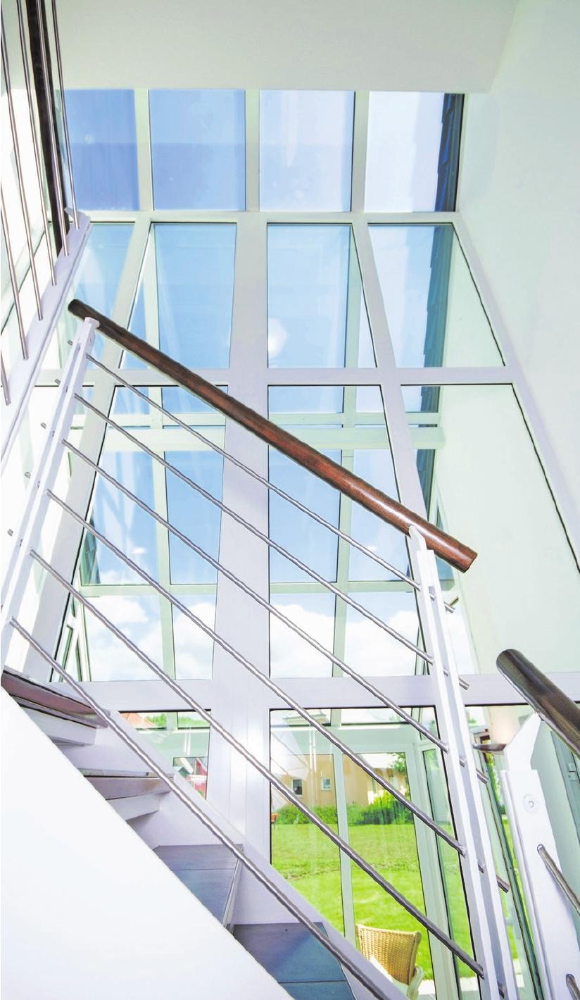 Metall ist im Trend – auch in Kombination mit viel Glas und Sichtbeton. Foto: JS-Foto