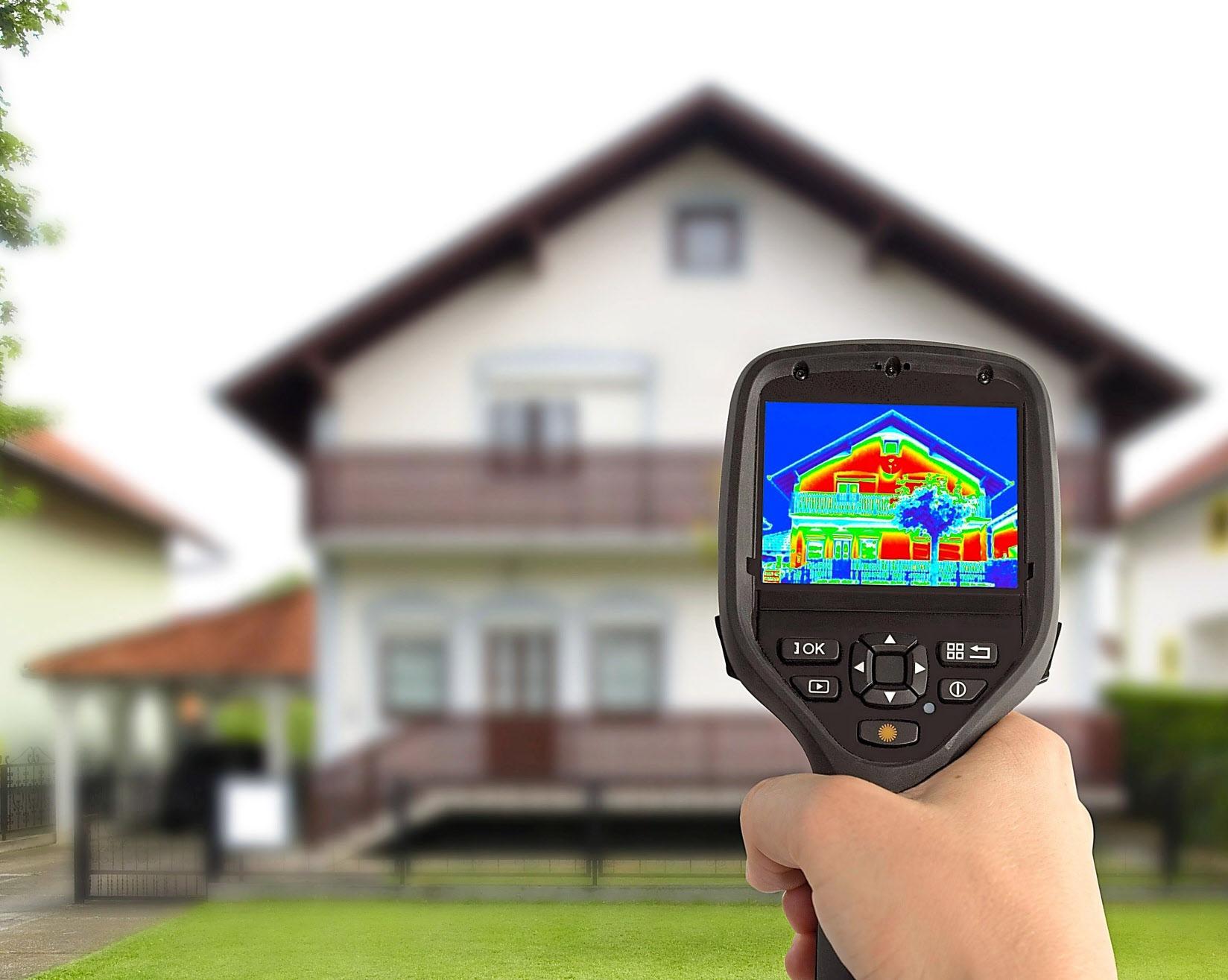 Mit einer Infrarotkamera wird deutlich, welche energetischen Schwachstellen ein Haus hat. Foto: ENA