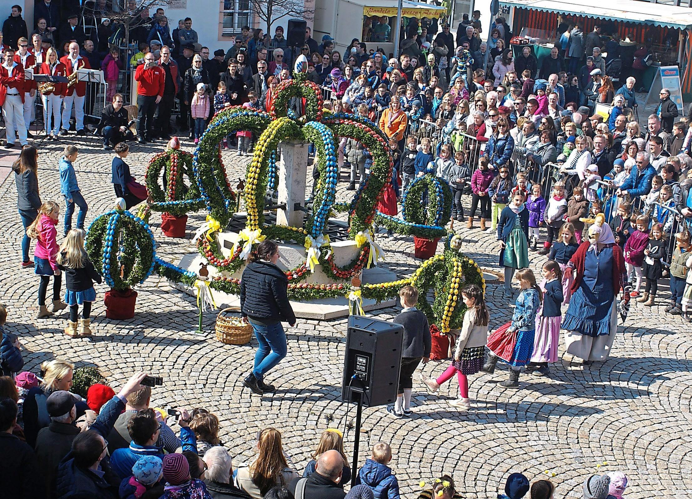 Das Schmücken des Osterbrunnens ist einer der Höhepunkte des Köschinger Frühlingsmarktes. Nach der Weihe des Brunnens führen die Kinder auf dem Marktplatz ihre Lieder und Tänze auf. Foto: Berger