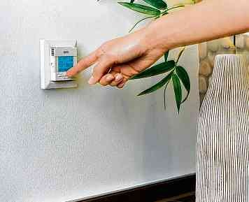 Temperaturregler sorgen automatisch dafür, dass Räume nicht überhitzt werden und nicht auskühlen. FOTO: DJD/WÄRME+/AEG