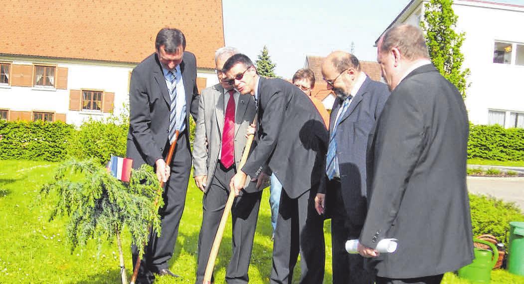 Zur 40-Jahr-Feier 2009 pflanzen die Bürgermeister Josef Bär und Yannick Borde einen Freundschaftsbaum.