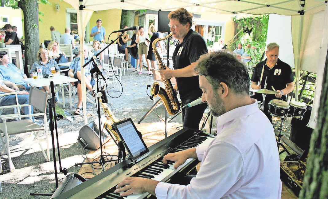 Auf der Bühne sorgte das Party-Jazztrio für tolle Stimmung. Foto: Siegmund