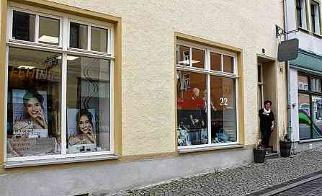 """Bei Inhaberin Kathrin Liebhold und ihrem Team von Kosmetik & Mode """"Feminin"""" gibt es tolle Angebote für Pflege und Schönheit für Sie und Ihn. FOTOS: CHRSITINE LAUFER (3)"""