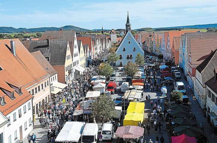 Einen Bummel durch die Budenreihen beim Michaelimarkt in Freystadt können die Besucher von 9 bis 18 Uhr ebenso genießen wie den Familieneinkauf von 12 bis 17 Uhr in den verkaufsoffenen Geschäften. Fotos: Josef Stur