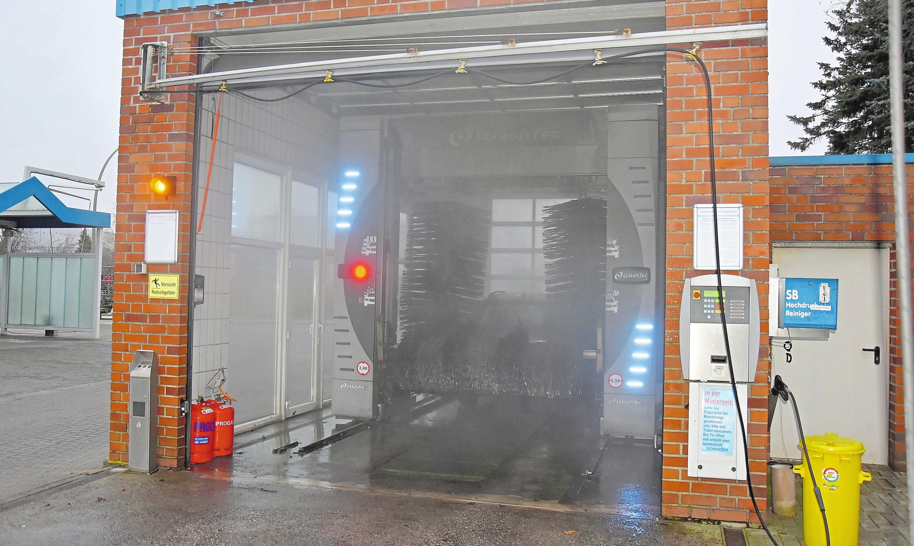 Die moderne Portalwaschanlage mit Wasseraufbereitung der W. Schnieder GmbH & Co. KG vollzieht eine schonende Reinigung auch im unteren Karosseriebereich.