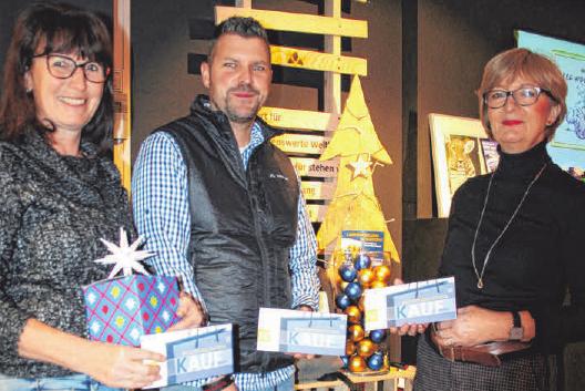 Ute Raible von Hobby Creativ, Jörg Sutter von Kohler-Gehring & VAUDE sowie Margarete Schulz von Wirkstoff nehmen neben vielen anderen Geschäften und Dienstleistern den PROTUT-Geschenkgutschein an. FOTO:FIL