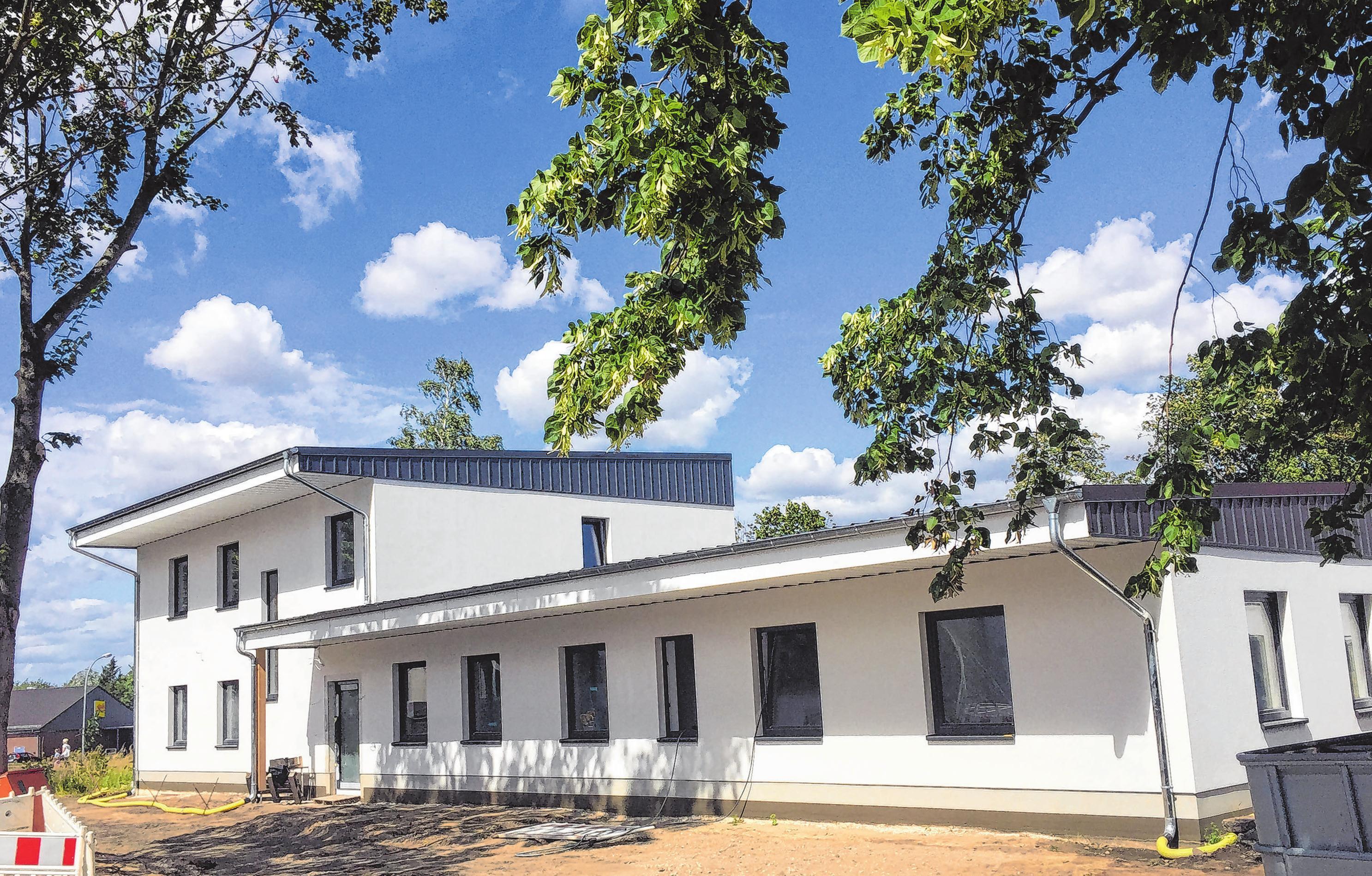 Das neue Gebäude an der Ecke Bahnhofstraße und Berliner Allee in Fehrbellin: Das Therapiezentrum präsentiert sich modern. Fotos (2): mae